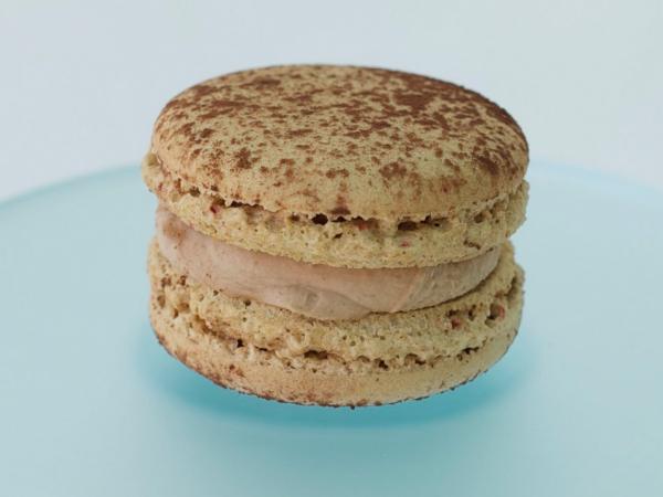 Macaron. Chocolate con leche y avellanas
