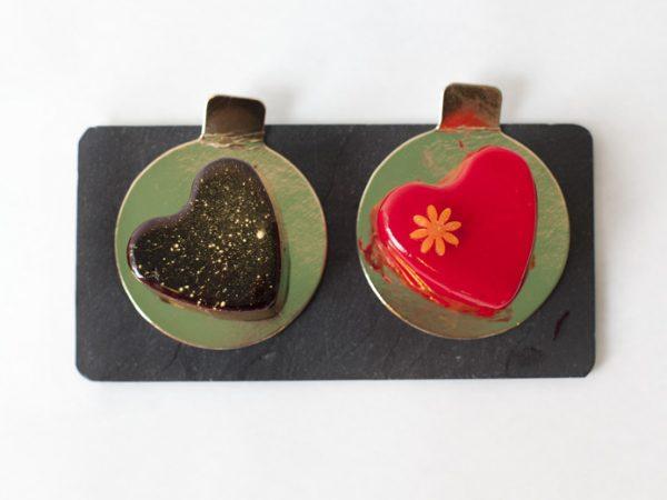 Le couple. Mousse de chocolate negro con cremoso de naranja y Mousse de frutas del bosque con cremoso de violeta